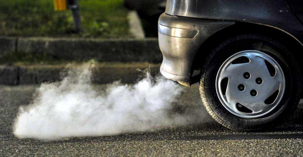 coche emitiendo contaminación