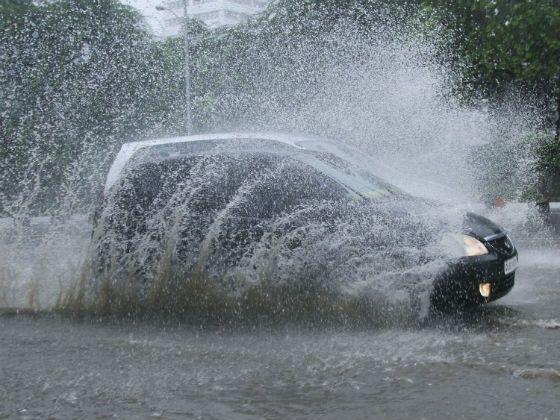 coche en un charco de agua con demasiada velocidad