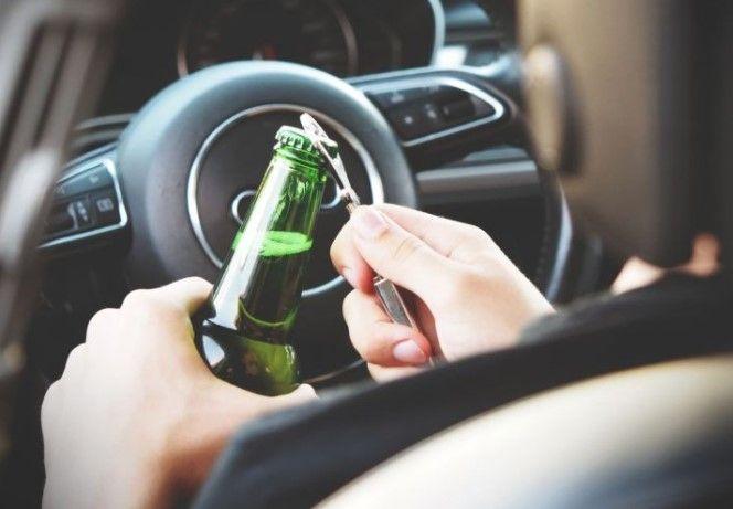 hombre destpando una cerveza antes de conducir